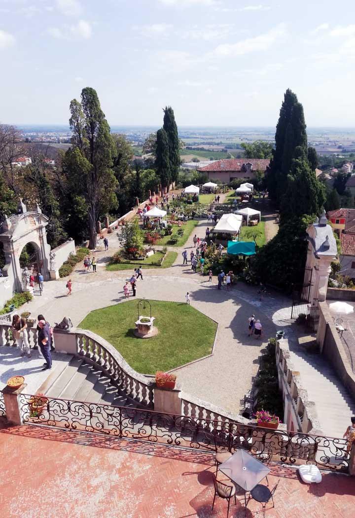 dettaglio di un tavolo imbandito - eventi pubblici e privati al castello di San Giorgio Monferrato